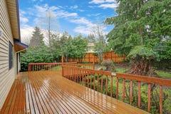 A ideia do quintal de uma casa espaçoso de duas histórias com anda para fora plataforma fotografia de stock
