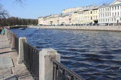 ideia do rio e da margem imagens de stock