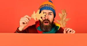 Ideia do tempo dos outubro e novembro Homem no chapéu morno foto de stock