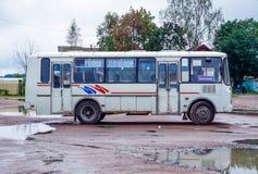 Ideia do tipo velho PAZ do ônibus do russo, estando na vila Fotos de Stock