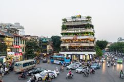 Ideia do tráfego ocupado em uma interseção com muitos velomotor e veículos em Hanoi, capital de Vietname Imagens de Stock