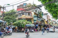 Ideia do tráfego ocupado em uma interseção com muitos velomotor e veículos no quarto velho de Hanoi, capital de Vietname Imagens de Stock Royalty Free