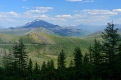 """Ideia do verão da passagem de montanha Olchan Oymyakon, Yakutia Estrada federal 'Kolyma"""" P504 de Тhe foto de stock royalty free"""