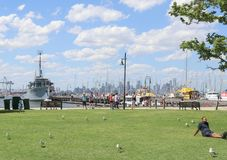 Ideia dos barcos e da skyline distante de Melbourne de Gem Pier, foreshore de Williamstown fotos de stock royalty free