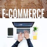 Ideia dos conceitos do comércio eletrônico com o portátil de utilização masculino do computador fotos de stock royalty free