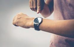 A ideia dos conceitos do tempo com fim olha acima no braço masculino foto de stock royalty free