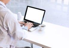 A ideia dos detalhes de doutor entrega a datilografia no teclado com sc vazio Fotos de Stock Royalty Free