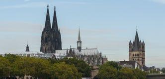 Ideia dos DOM de Roman Catholic Gothic Cathedral Kolner e do ` bruto de Sankt Martin do ` românico da igreja Católica imagens de stock