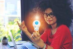 Ideia e conceito criativos da inovação, mão da mulher de negócios que guarda a ampola com holograma no escritório domiciliá fotografia de stock royalty free