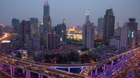 Ideia elevado da junção de estrada & da skyline empilhadas de Shanghai no crepúsculo filme