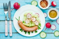 Ideia engraçada para crianças - caracol bonito do alimento da salsicha com vegetais fotografia de stock