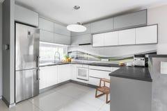 Ideia equipada da cozinha do poço claro Fotografia de Stock