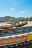 A ideia estreita do grupo de barcos de pesca estacionou no litoral com povos e penhasco no fundo, Visakhapatnam, o 5 de março de  Fotografia de Stock