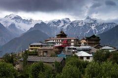 Ideia excitante do cenário da região de Kalpa de Kinnaur Kailash, vila rural com picos de montanha terreno, Himachal Pradesh, nor Imagens de Stock