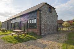 Ideia exterior da casa e de ajardinar do celeiro do tijolo Foto de Stock Royalty Free