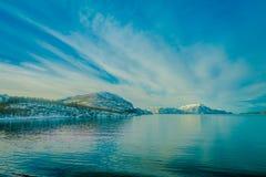 Ideia exterior de cenas litorais de parcial enorme das montanhas coberto com o durig da neve uma viagem em Hurtigruten em um céu  Foto de Stock Royalty Free