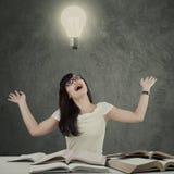 Ideia feliz do pensamento do estudante sob a lâmpada foto de stock