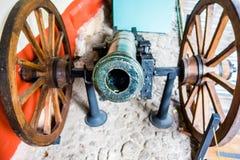 Ideia frontal de um cânone velho com as rodas de imagens de stock