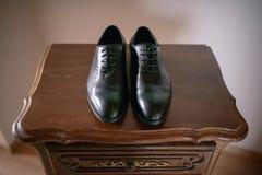 Ideia frontal de um preto, par de sapatas masculino de couro fotos de stock