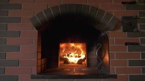 Ideia geral do frontão de um fogão clássico do russo com um firebox ardente filme