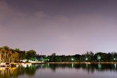 Ideia horizontal do lago e da natureza durante o crepúsculo com estrelas da noite e reflexão lisa em águas fotos de stock