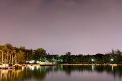 Ideia horizontal do lago e da natureza durante o crep?sculo com estrelas da noite e reflex?o lisa em ?guas imagens de stock