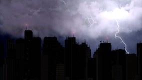 A ideia impressionante dos parafusos de relâmpago golpeia acima dos arranha-céus da cidade na noite Fotografia de Stock Royalty Free