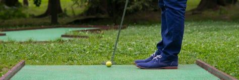 ideia inferior de bater a bola do mini-golfe imagem de stock