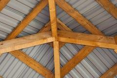 Ideia inferior do detalhe do close-up do interior do quadro de madeira de madeira amarelo brilhante e da telha cinzenta do metal  imagens de stock royalty free