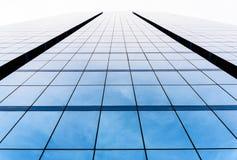Ideia inferior do fim da janela do prédio de escritórios acima com nascer do sol, referência imagens de stock royalty free