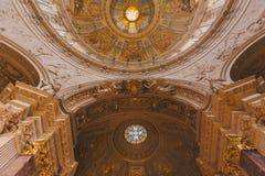 ideia inferior do teto antigo bonito dos DOM do berlinês em Berlim, Alemanha Fotos de Stock