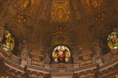ideia inferior do teto antigo bonito dos DOM do berlinês em Berlim, Alemanha Foto de Stock Royalty Free