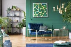 Ideia interior da sala de visitas ? moda com cores verdes, do azul e do ouro imagem de stock