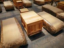 Ideia interior usando sacos do feno como assentos e a caixa de madeira como a tabela foto de stock royalty free