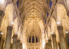 Ideia interna espetacular do interior da catedral de St Patrick, no dia de St Patrick em Manhattan foto de stock