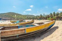 A ideia larga do grupo de barcos de pesca estacionou apenas no litoral com povos e penhasco no fundo, Visakhapatnam, o 5 de março Fotografia de Stock Royalty Free