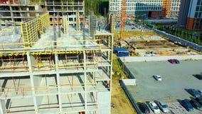 Ideia lateral aérea do grupo de trabalhadores da construção no telhado de uma casa de apartamento em um curso se construindo filme