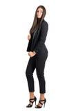 Ideia lateral da beleza lindo da forma no terno formal elegante preto que levanta na câmera Imagem de Stock Royalty Free