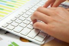 Ideia lateral da datilografia das mãos Imagem de Stock Royalty Free