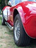 A ideia lateral da exaustão e as rodas de um carro de esportes raro da cobra da C.A. do vintage na exposição no Hebden anual cons foto de stock royalty free