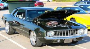 Ideia lateral da obscuridade - Chevy Camaro antigo verde Fotos de Stock