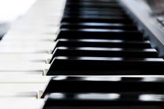 Ideia lateral de chaves do piano Close-up de chaves do piano Ideia frontal próxima do vSide de chaves do piano Close-up de chaves Imagem de Stock Royalty Free