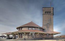 Ideia lateral de um estação de caminhos-de-ferro velho Foto de Stock Royalty Free