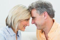 Ideia lateral do close up de um par loving feliz fotografia de stock