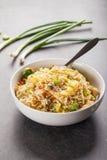 Ideia lateral do mein chinês do lo da galinha no fundo concreto Imagens de Stock