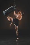 Ideia lateral do treinamento tailandês muay do lutador com saco de perfuração Imagem de Stock Royalty Free