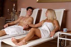 Pares novos que apreciam após a sauna Fotos de Stock