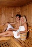 Pares novos que apreciam a sauna imagem de stock royalty free