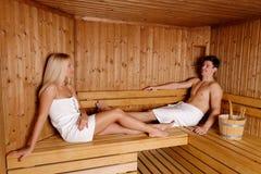 Pares novos que apreciam a sauna Fotografia de Stock