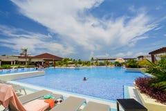Ideia lindo da piscina no recurso Pilar de Iberostar Playa com os povos que relaxam e que apreciam seu tempo de férias no Beau en fotos de stock